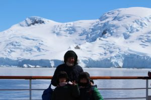 Andrea e Mattia con la mamma Laura in Antartide. Autore e Copyright Marco Ramerini
