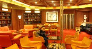 Andrea nella biblioteca della nave. Autore e Copyright Marco Ramerini