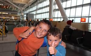 Viaggiare in aereo con i bambini. Heathrow Airport, Londra, Regno Unito. Autore e Copyright Marco Ramerini