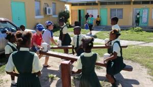 Le altalene, Glintons Primary School, Bahamas. Autore e Copyright Marco Ramerini.
