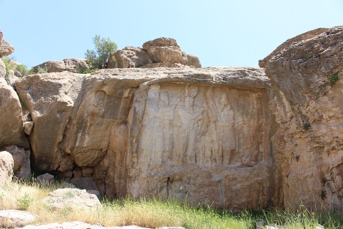 Al centro bassorilievo dell'investitura di Ardashir I, a sinistra il bassorilievo più piccolo in cui è rappresentato il busto di Kartir, Naqsh-e Rajab, Iran. Autore e Copyright Marco Ramerini