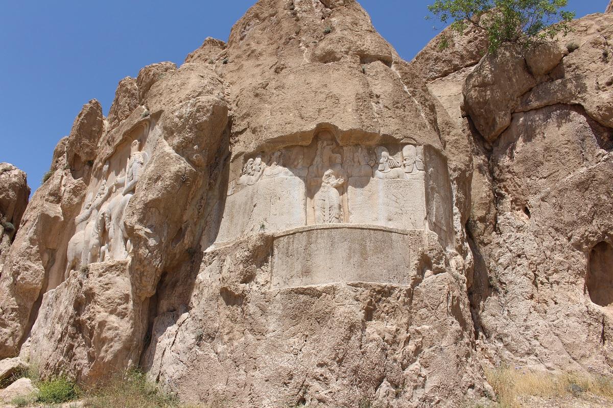 Bassorilievo del re Bahram II. Qui si trovano anche le tracce dell'antico bassorilievo elamita, Naqsh-e Rostam, Iran. Autore e Copyright Marco Ramerini