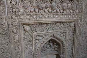 Dettaglio del Mehrab ilkhanide lungo il corridoio coperto dell'entrata orientale della moschea, Moschea del Venerdì (Moschea Jāmeh), Isfahan, Iran. Autore e Copyright Marco Ramerini