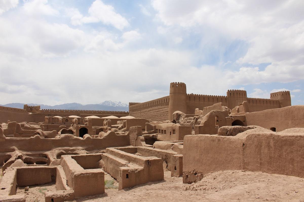La cittadella di Rayen, Iran. Le cittadelle nel deserto sono tra le principali attrazioni turistiche dell'Iran. Autore e Copyright Marco Ramerini