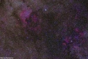Nebulosa Nord America, Cigno. Obiettivo Canon USM(70-300 mm) 70 mm F 4.0, ISO 1600, tempo di posa 2 minuti, inseguimento Sky Adventurer SkyWatcher. Autore e Copyright Marco Ramerini