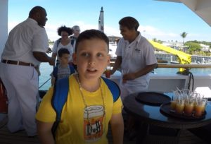 Andrea a Mattia salgono a bordo della Reef Endeavour, Captain Cook Cruise, Figi. Autore e Copyright Marco Ramerini