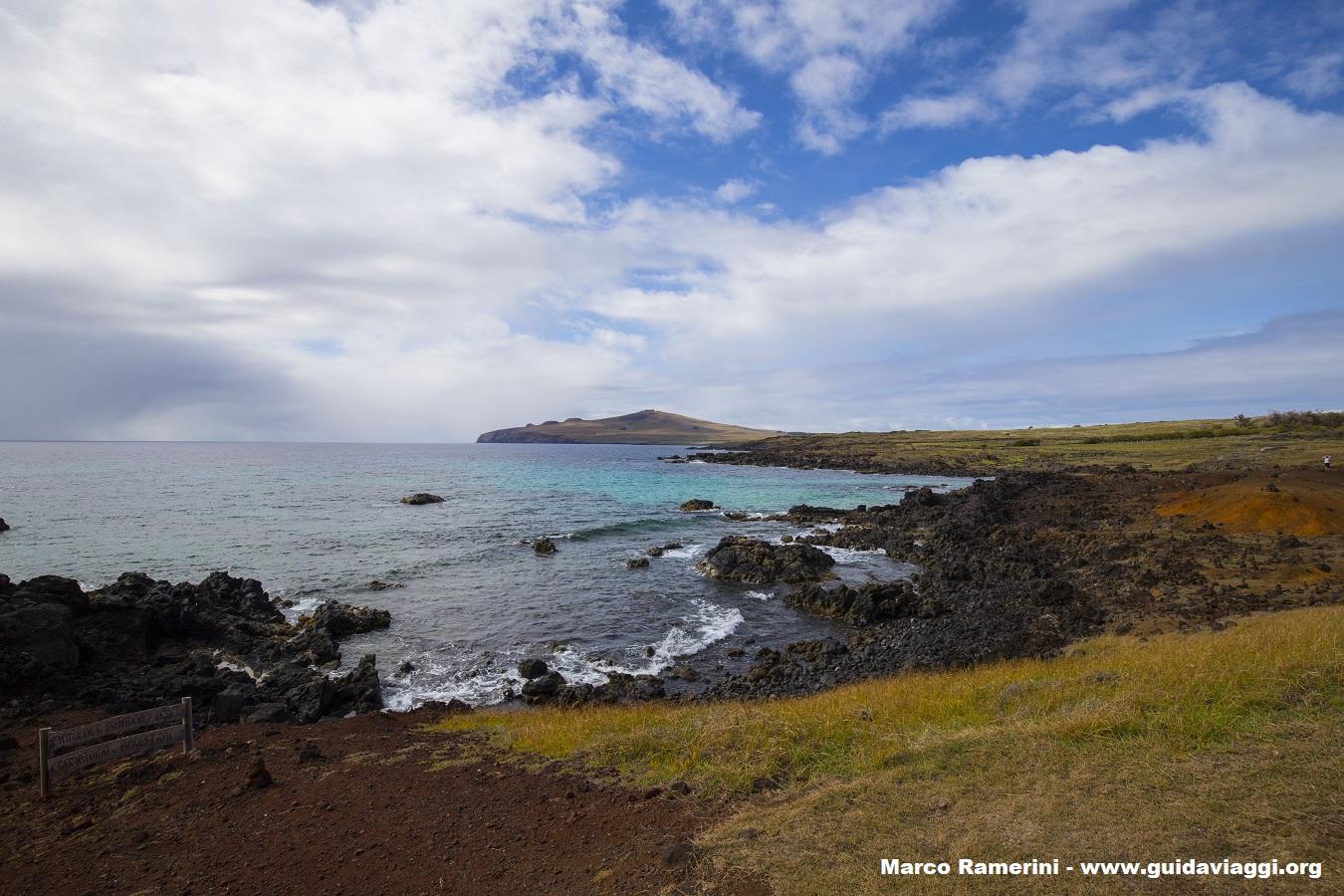 La costa settentrionale dell'isola vista da Ovahe, Isola di Pasqua, Cile. Autore e Copyright Marco Ramerini,.