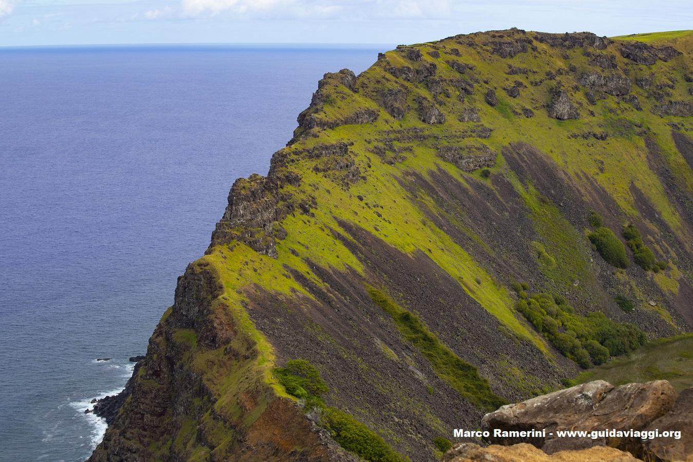 Uno dei vulcani dell'isola di Pasqua. Le pareti del cratere del Rano Kau, Isola di Pasqua, Cile. Autore e Copyright Marco Ramerini.