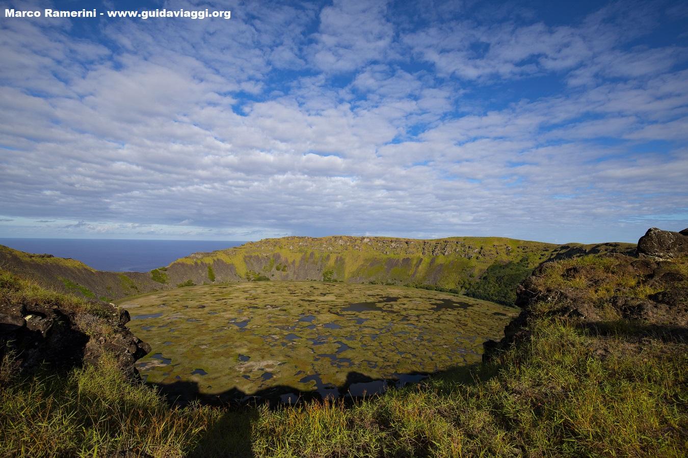 Uno dei vulcani dell'isola di Pasqua il cratere del Rano Kau, Isola di Pasqua, Cile. Autore e Copyright Marco Ramerini.