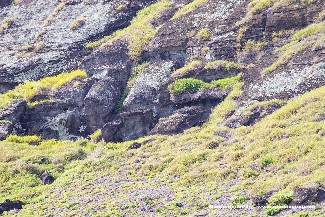 Il luogo più interessante per comprendere la storia dell'isola di Pasqua la cava dei moai nel cratere del Rano Raraku, Isola di Pasqua, Cile. Autore e Copyright Marco Ramerini..
