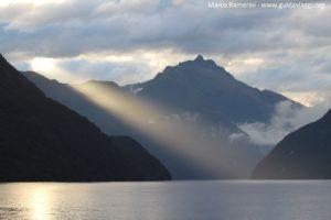 Alba sul Doubtful Sound, Nuova Zelanda. Autore e Copyright Marco Ramerini