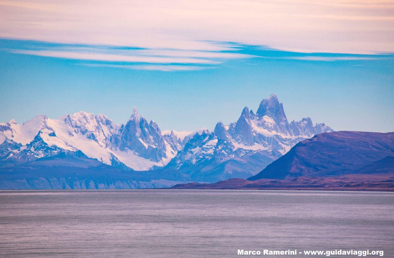 Il Cerro Torre e il Monte Fotz Roy visti dal Lago Viedma vicino a La Leona, Argentina. Autore e Copyright Marco Ramerini