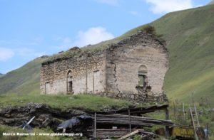 Le rovine della chiesa, Dartlo, Tusheti, Georgia. Autore e Copyright Marco Ramerini