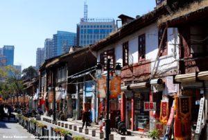 Ancora coesistono angoli della vecchia Kunming affiancati da quartieri moderni, Kunming, Yunnan, Cina. Autore e Copyright Marco Ramerini