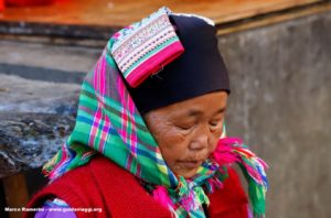 Donna, Zhoucheng, Yunnan, Cina. Autore e Copyright Marco Ramerini,.