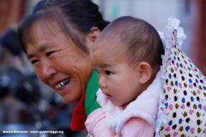 Donna con bambino, Shengcun, Yuanyang, Yunnan, Cina. Autore e Copyright Marco Ramerini..