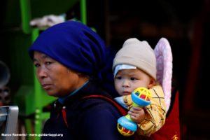 Donna con bambino, Shengcun, Yuanyang, Yunnan, Cina. Autore e Copyright Marco Ramerini...
