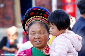 Donna con bambino, Zhoucheng, Yunnan, Cina. Autore e Copyright Marco Ramerini