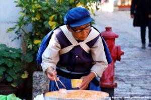 Donna in costume tradizionale, Lijiang, Yunnan, Cina. Autore e Copyright Marco Ramerini