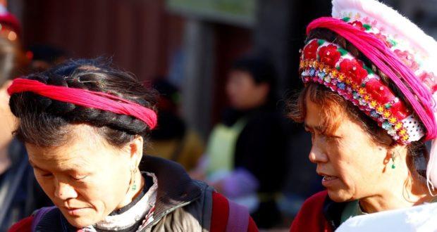 Donne al mercato di Zhoucheng, Yunnan, Cina. Autore e Copyright Marco Ramerini