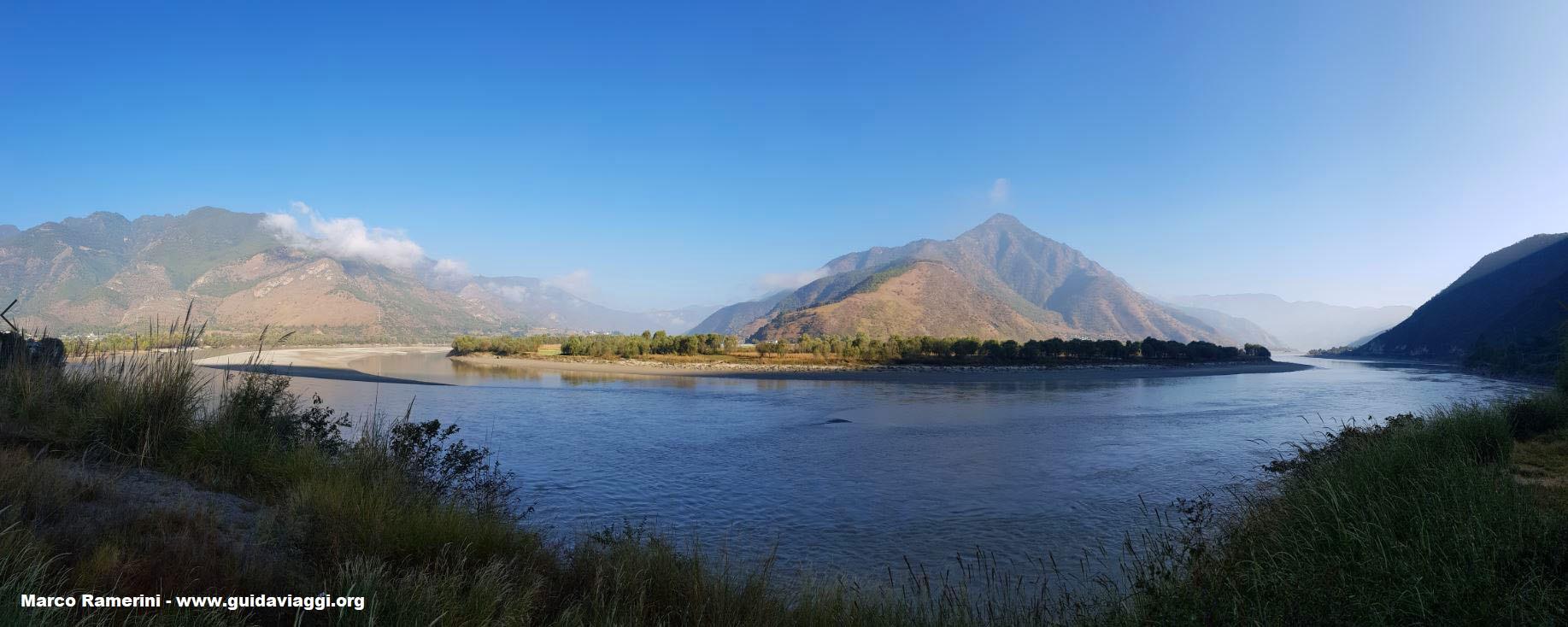 I paesaggi naturali sono tra le attrazioni turistiche dello Yunnan, qui l'ansa dello Yangtze (Fiume Azzurro), Shigu, Yunnan, Cina. Autore e Copyright Marco Ramerini