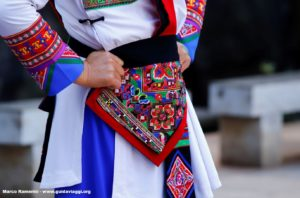 Particolare di un vestito, Shilin, Yunnan, Cina. Autore e Copyright Marco Ramerini...