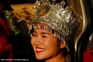 Ragazza con costume tradizionale, Baisha, Lijiang, Yunnan, Cina. Autore e Copyright Marco Ramerini.