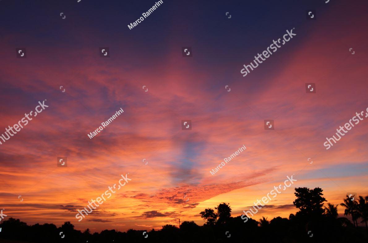 Tramonto tropicale alle isole Figi. Un bel tramonto visto dall'isola di Viti Levu, Figi