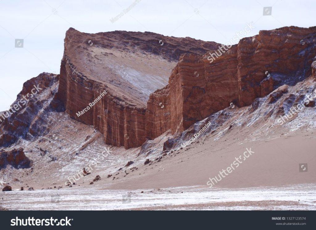 Formazioni rocciose del deserto di Atacama. Gli strati rocciosi dell'Anfiteatro nella Valle della Luna (Valle de la Luna), Deserto di Atacama, Cile. Autore e Copyright Marco Ramerini