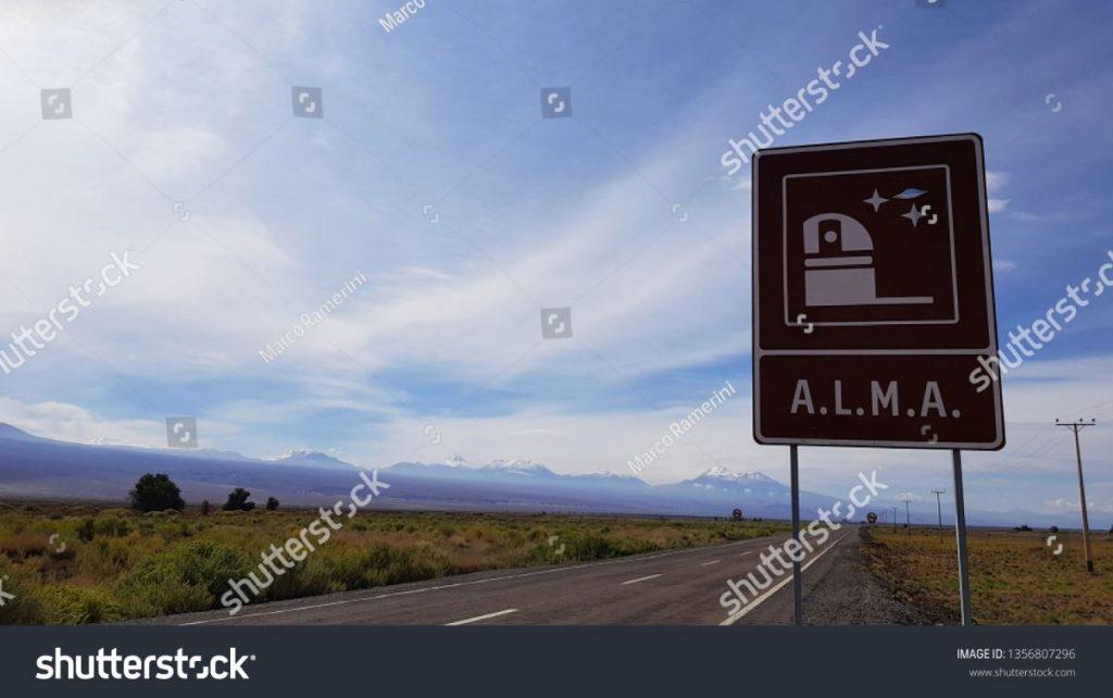 Il cartello stradale che indica l'ingresso principale dell'Atacama Large Millimeter Array (ALMA), un interferometro astronomico nel deserto di Atacama, Cile. Autore e Copyright Marco Ramerini
