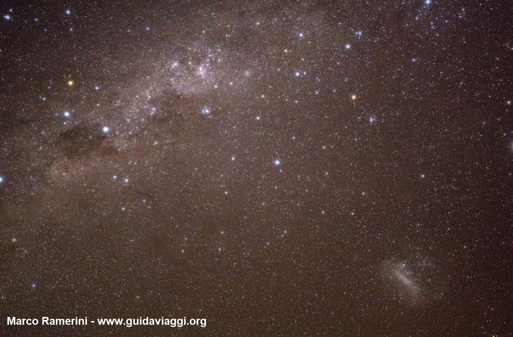 La Via Lattea con la Croce del Sud, Eta Carinae e la Grande Nube di Magellano. Deserto di Atacama, Cile. Autore e Copyright Marco Ramerini