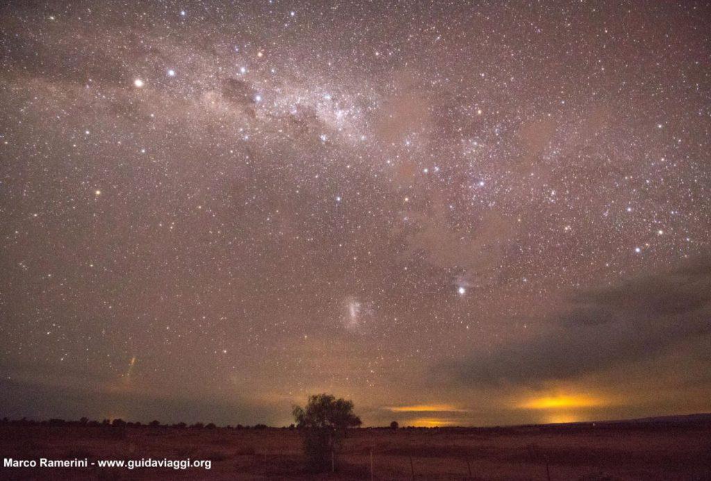 La Via Lattea, dopo poco il tramonto, con la Croce del Sud, Eta Carinae e la Grande Nube di Magellano. Deserto di Atacama, Cile. Autore e Copyright Marco Ramerini.