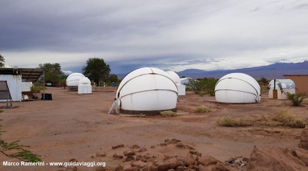 Le cupole dei telescopi dell'osservatorio astronomico di Alain Maury, San Pedro de Atacama, Cile. Autore e Copyright Marco Ramerini.