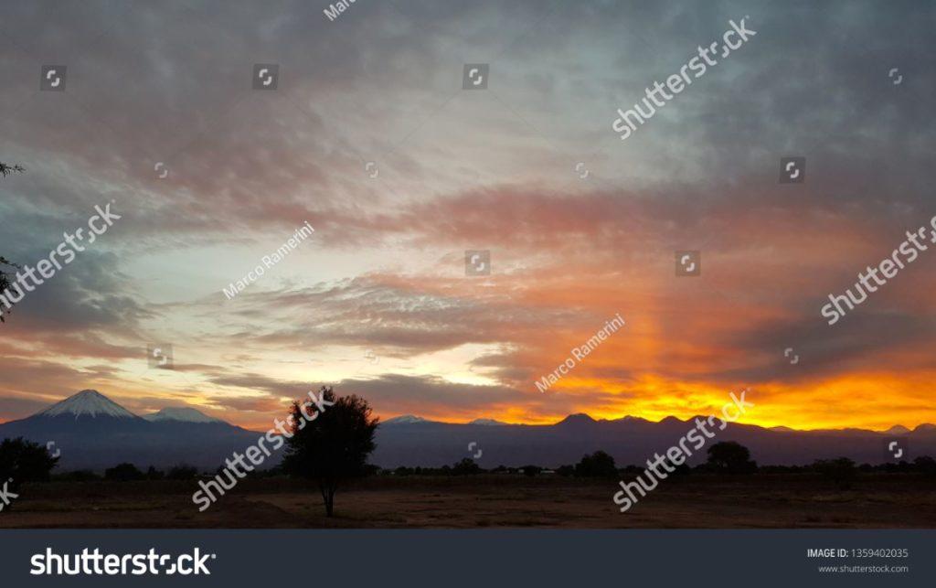 Meravigliosa alba sui vulcani della cordigliera andina nel nord del Cile (a sinistra il cono perfetto del vulcano Licancabur), Deserto di Atacama, Cile. Autore e Copyright Marco Ramerini