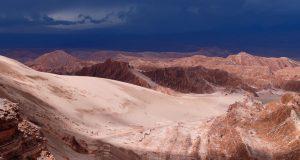 Nubi di tempesta nel paesaggio del deserto di Atacama. Le rocce della Valle di Marte (Valle de Marte) e la Cordillera de la Sal, Deserto di Atacama, Cile. Autore e Copyright Marco Ramerini