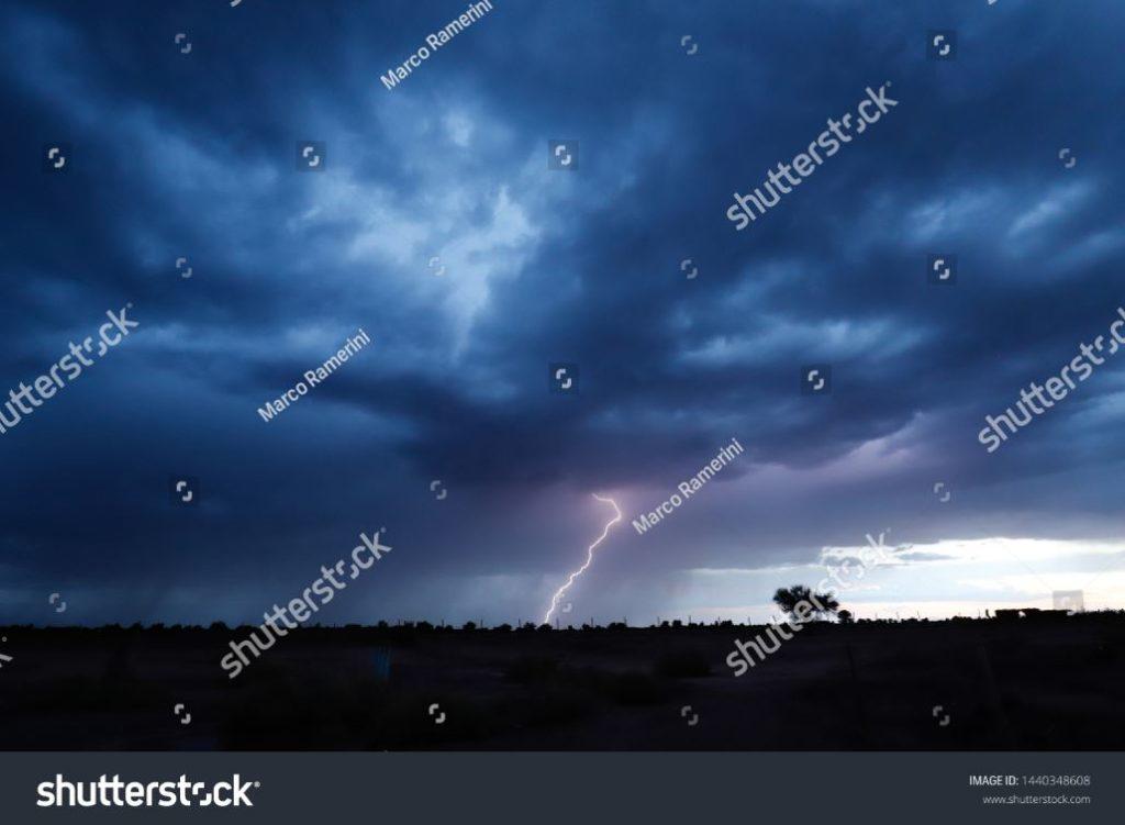 Un fulmine durante un temporale alla luce del tramonto nel paesaggio arido del deserto di Atacama, Cile. Autore e Copyright Marco Ramerini