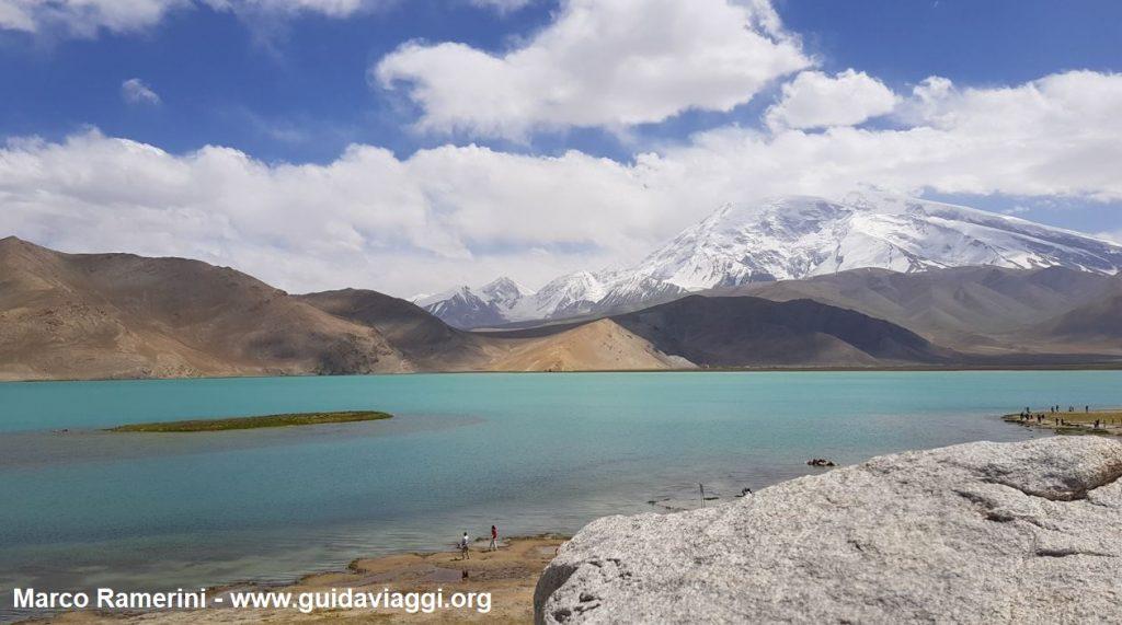 Viaggio tra le montagne dell'Asia Centrale. Il monte Muztagh Ata e il lago Karakul, Xinjiang, Cina. Autore e Copyright Marco Ramerini