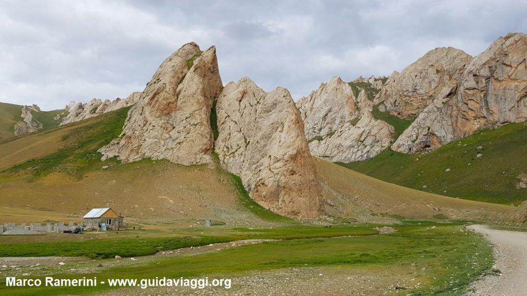 Montagne nei pressi del caravanserraglio di Tash Rabat, Kirghizistan. Autore e Copyright Marco Ramerini