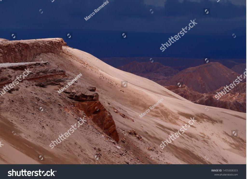 Veduta del paesaggio del deserto di Atacama. Le rocce della Mars Valley (Valle de Marte) e la Cordillera de la Sal, deserto di Atacama, Cile. Autore e Copyright Marco Ramerini
