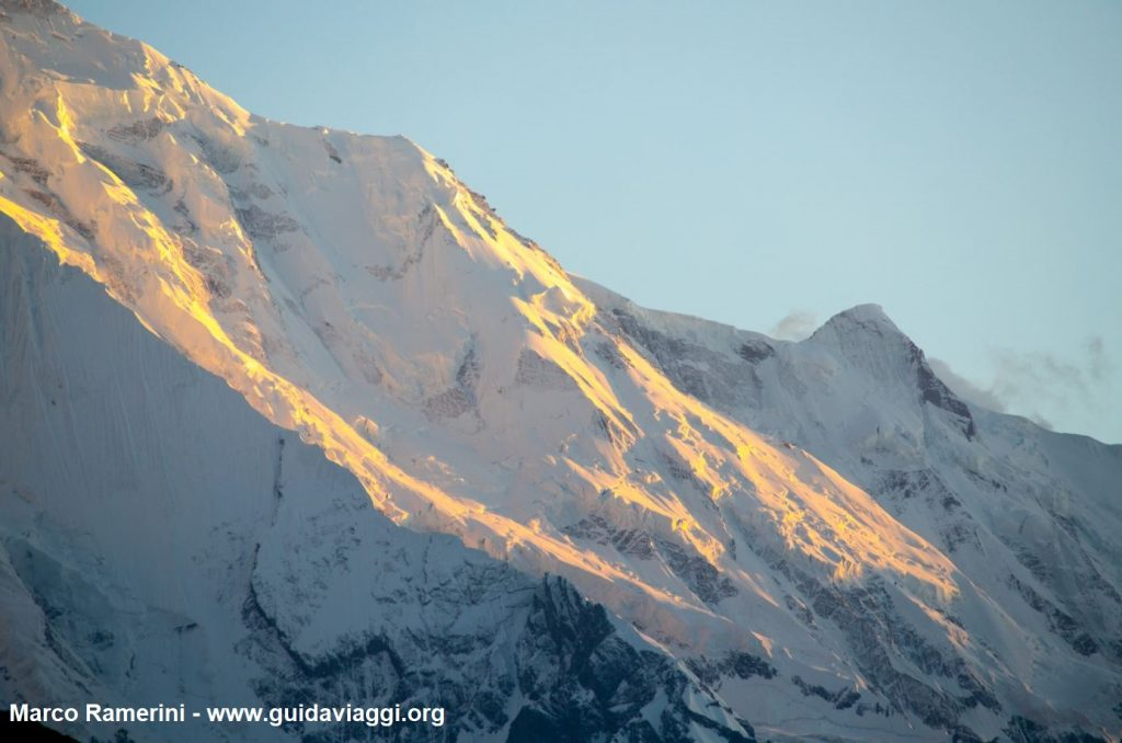 La parete del Monte Rakaposhi al tramonto, Karakorum, Pakistan. Autore e Copyright Marco Ramerini