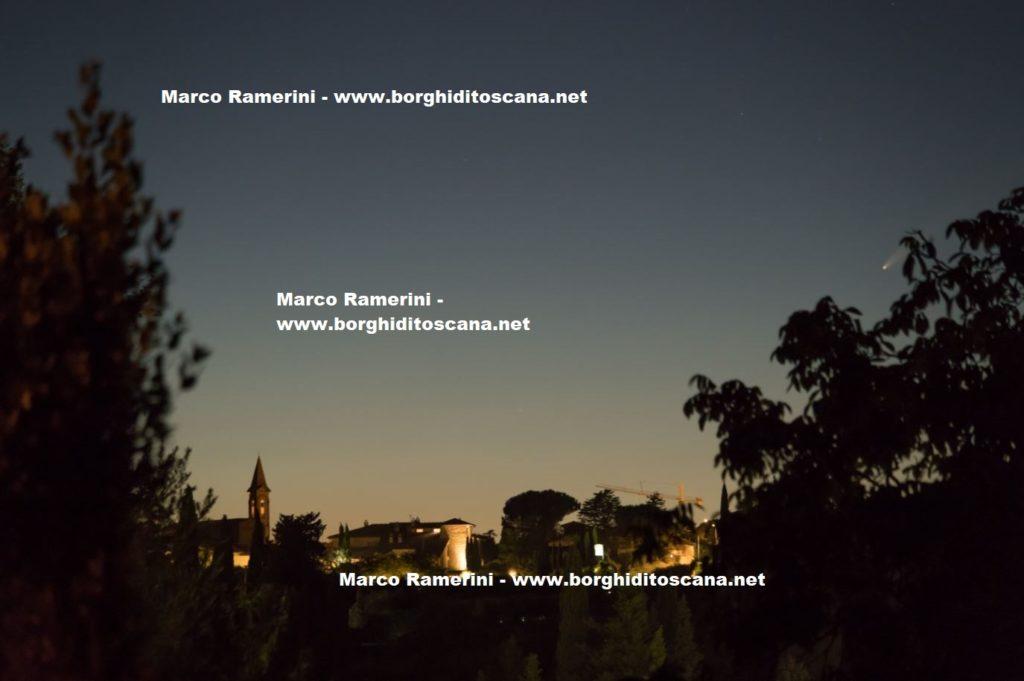 La Cometa Neowise e il Borghetto, Tavarnelle Val di Pesa, Firenze. Autore e Copyright Marco Ramerini